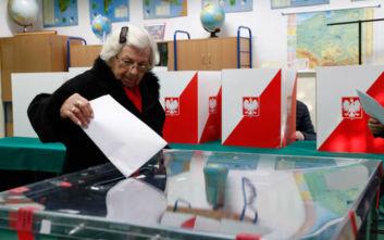 Καθαρή νίκη του κυβερνώντος κόμματος στις εκλογές στην Πολωνία