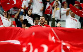Οι Τούρκοι οπαδοί χαιρέτισαν στρατιωτικά στο Παρίσι
