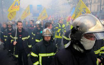 Αστυνομικοί έκαναν χρήση δακρυγόνων εναντίον πυροσβεστών που διαδήλωναν στο Παρίσι