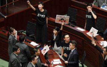 Γιουχαΐσματα στο κοινοβούλιο του Χονγκ Κονγκ, μέσω βίντεο έγινε τελικά η ομιλία της Κάρι Λαμ