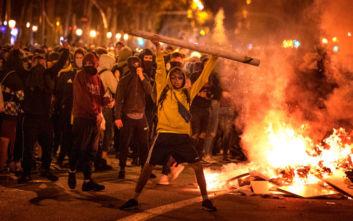 Πεδίο μάχης η Βαρκελώνη, τρίτη νύχτα επεισοδίων με πέτρες, μολότοφ και καμμένα αυτοκίνητα
