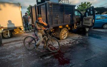 Βροχή τα πυρά σε πόλη του Μεξικού, η αστυνομία έπιασε τον γιο του Ελ Τσάπο αλλά τα καρτέλ τον πήραν πίσω