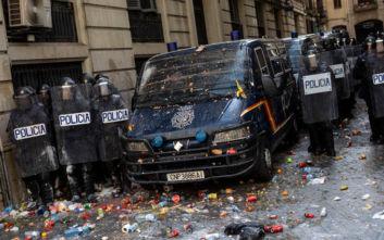 Σπεύδει η πολιτοφυλακή στα περίχωρα της Βαρκελώνης για να ελέγξει το χάος