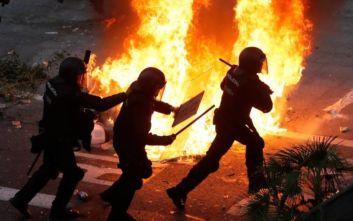 Χάος στη Βαρκελώνη: Πέτρες, φωτιές και συγκρούσεις διαδηλωτών με την αστυνομία