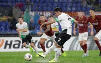 Σκανδαλώδες πέναλτι στο Ρόμα-Γκλάντμπαχ: Ο διαιτητής... μπέρδεψε το κεφάλι με το χέρι