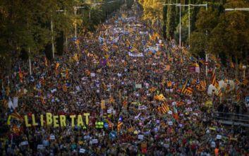 Εκατοντάδες χιλιάδες υπέρμαχοι της ανεξαρτησίας της Καταλονίας στους δρόμους της Βαρκελώνης