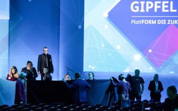 Η σοκαριστική στιγμή που Γερμανός υπουργός πέφτει κάτω από τη σκηνή μετά από την ομιλία του