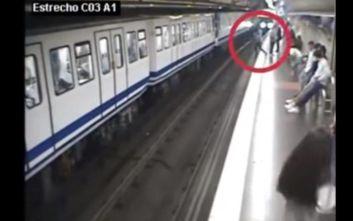Κοιτούσε το κινητό της και έπεσε στις γραμμές του μετρό