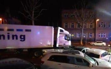 Γερμανία: Κλεμμένο φορτηγό έπεσε πάνω σε αυτοκίνητα που περίμεναν σε φανάρι, 17 τραυματίες