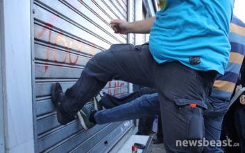 Μέλη του ΠΑΜΕ κλωτσούν τα ρολά τράπεζας στο κέντρο της Αθήνας