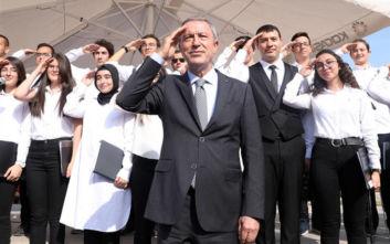 Τούρκοι μαθητές χαιρετούν στρατιωτικά τον Χουλουσί Ακάρ