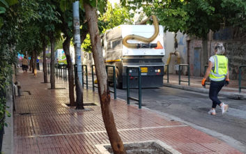 Γενικός καθαρισμός στην οδό Αντωνιάδου, δίπλα στην ΑΣΟΕΕ, από τον Δήμο Αθηναίων