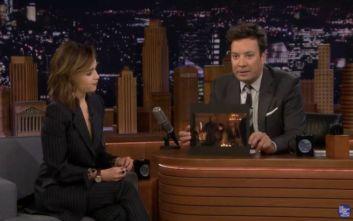 Game of Thrones: Η Εμίλια Κλαρκ αποκαλύπτει ποιος άφησε στο σκηνικό το ποτήρι του καφέ