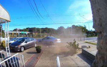 Πέφτει πάνω σε παρκαρισμένα αυτοκίνητα και φεύγει σαν να μη συμβαίνει τίποτα