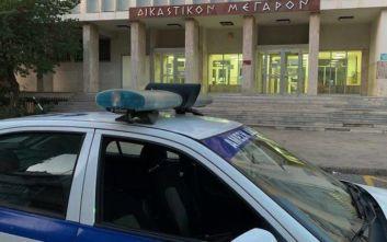 Άνδρας πυροβόλησε δυο φόρες στην είσοδο των δικαστηρίων Αγρινίου