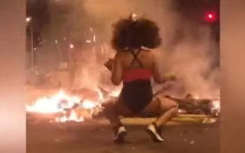 Το καυτό twerking στα πύρινα οδοφράγματα της Βαρκελώνης