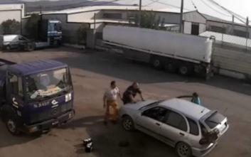 Ιδιοκτήτης εταιρείας ανεβαίνει στο καπό αυτοκινήτου για να αποτρέψει κλοπή