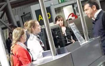 Φωτογραφίες του Αλέξη Τσίπρα λίγο πριν επιβιβαστεί στο αεροπλάνο από τις Βρυξέλλες