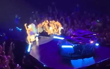 Η απίστευτη τούμπα της Lady Gaga από τη σκηνή μαζί με έναν θαυμαστή της