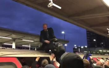 Επιβάτες πέταξαν τρόφιμα και έσυραν ακτιβιστή για το κλίμα από την οροφή τρένου στο Λονδίνου
