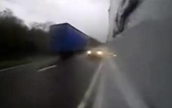 Οδηγός κάνει τρελή προσπέραση με ασύλληπτη ταχύτητα και σκοτώνει έγκυο