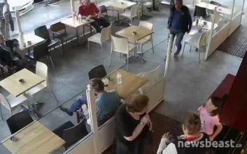 Βίντεο ντοκουμέντο από την «βουτιά» άντρα στο Γαλάτσι