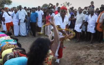 Ιερείς μαστιγώνουν γυναίκες για να ξορκίσουν τα κακά πνεύματα