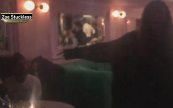 Γυναίκα βλέπει σε μπαρ τον Χάρβεϊ Γουάινστιν και τον αποκαλεί γαμ@νο βιαστή