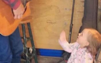Ανείπωτη θλίψη για τραγουδιστή, πνίγηκε η δύο ετών κόρη του