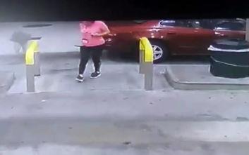 Γυναίκα περίμενε σε βενζινάδικο κι ένα ελάφι πέρασε πάνω από το κεφάλι της