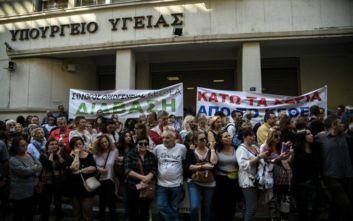Αγωνία για το ΚΕΘΕΑ, συγκέντρωση διαμαρτυρίας έξω από το υπουργείο Υγείας