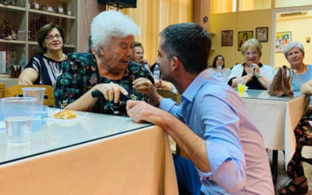 Ημέρα του παππού και της γιαγιάς: Η γλυκιά επίσκεψη του Κώστα Μπακογιάννη
