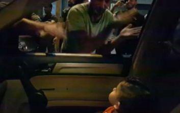 Διαδηλωτές στο Λίβανο τραγουδούν το Baby shark σε τρομαγμένο αγόρι