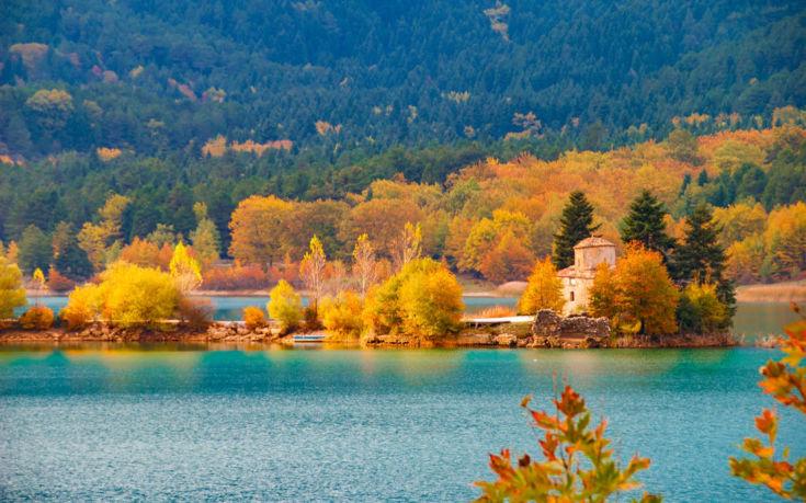Υπέροχες φθινοπωρινές εικόνες στο «στολίδι» της ορεινής Κορινθίας
