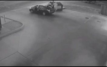 Σοκαριστικές εικόνες: Άνδρας πετά το πτώμα γυναίκας σε κάδο σκουπιδιών