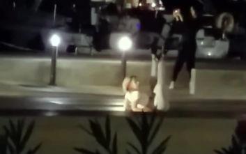 Γυναίκα βγήκε από κότερο και άρχισε να χορεύει αισθησιακά στη μέση του δρόμου