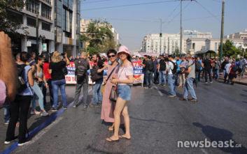Τουρίστριες έβγαλαν φωτογραφίες ανάμεσα στους διαδηλωτές στα Προπύλαια