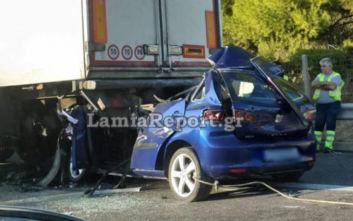 Αυτοκίνητο «καρφώθηκε» πίσω από νταλίκα, νεκρός ο οδηγός