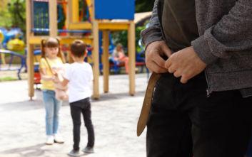 Χειροπέδες σε 66χρονο που αυνανιζόταν μπροστά σε μικρά κορίτσια