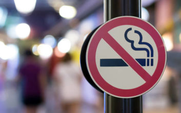 Αντικαπνιστικός νόμος: Η αγγελία για τους καπνιστές που συνωστίζονται έξω από τα μαγαζιά