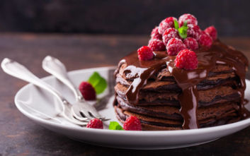 Σοκολατένια pancakes με γλάσο σοκολάτας