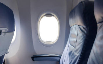 Γιατί η επιλογή της θέσης δίπλα στο παράθυρο του αεροπλάνου δείχνει πολλά για τον χαρακτήρα σας