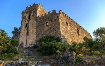 Ο επιβλητικός πύργος στη Δυτική Μάνη με θέα στο Μεσσηνιακό κόλπο