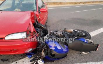 Μηχανή «καρφώθηκε» σε αυτοκίνητο και ο οδηγός σώθηκε χάρη στο κράνος του