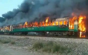 Τρομακτικές εικόνες από το φλεγόμενο τρένο στο Πακιστάν, τουλάχιστον 62 οι νεκροί