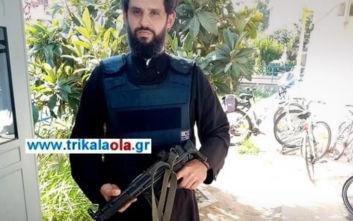 Ο αστυνομικός-ιερέας με το αλεξίσφαιρο και το όπλο σε αστυνομικό τμήμα στα Τρίκαλα