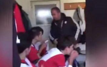 Σοκαριστικό βίντεο με προπονητή ομάδας Νέων να χαστουκίζει τους ποδοσφαιριστές του