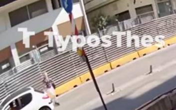 Σοκαριστικό βίντεο από τη σφοδρή παράσυρση γυναίκας από αυτοκίνητο στη Θεσσαλονίκη