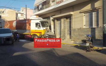 Σοκαριστικό τροχαίο στον Πειραιά: Φορτηγό διέλυσε αυτοκίνητο
