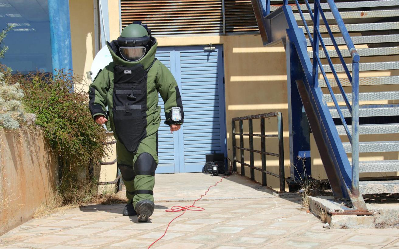 Έτσι οι πυροτεχνουργοί της ΕΛ.ΑΣ. εξουδετερώνουν τις βόμβες